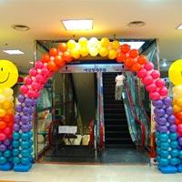 多色气球搭配笑脸立柱